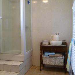 salle d'eau avec douche - Location de vacances - Guimaëc