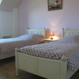 chambre avec 2 lits 90 et placard penderie à l'étage - Location de vacances - Saint-Jean-Trolimon
