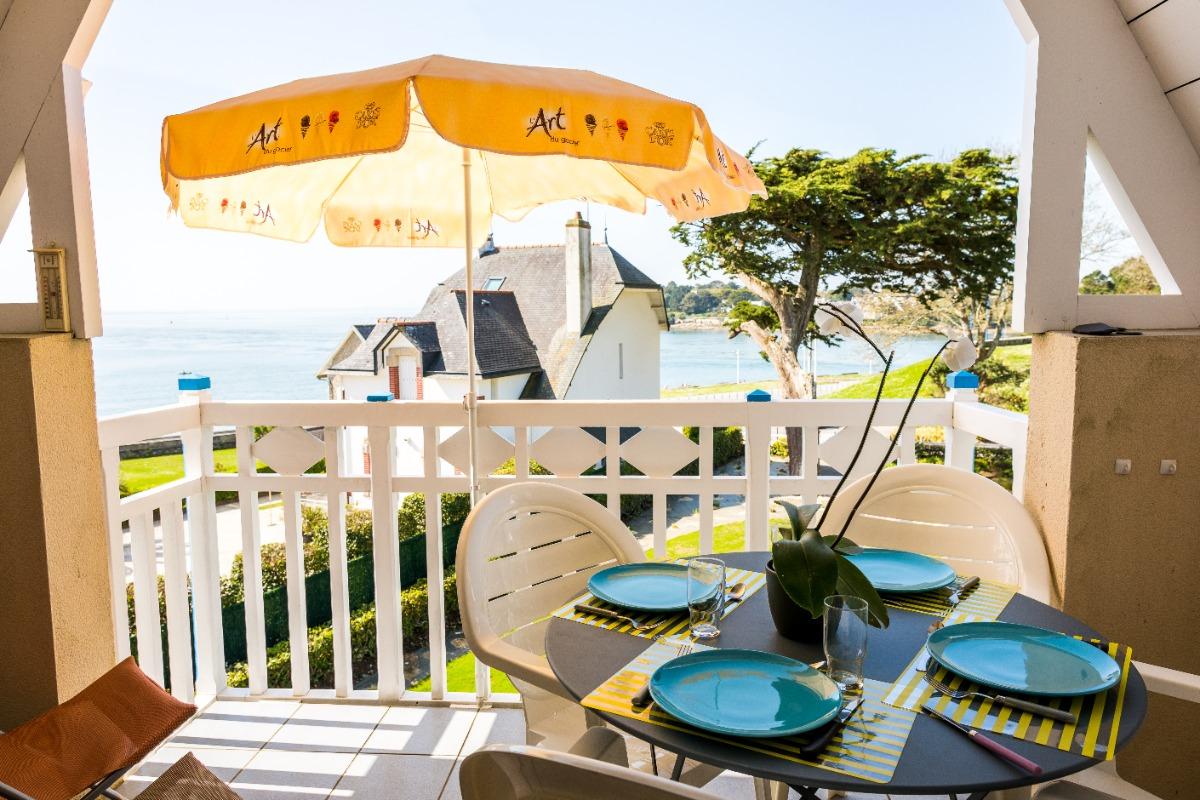 la terrasse, la table est pliante et vous pouvez installer les chaises longues l'après midi - Location de vacances - Bénodet