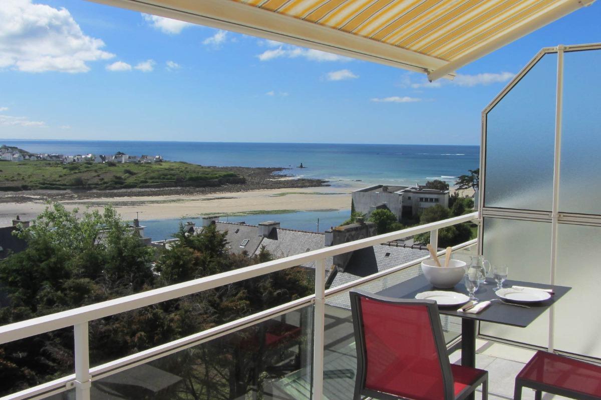 Terrasse spacieuse avec store banne et une très belle vue mer - Location de vacances - Audierne