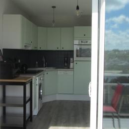 Le coin-cuisine ouvre sur la terrasse - Location de vacances - Audierne