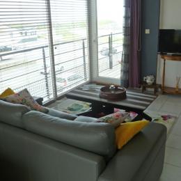 Salon avec coin TV, et porte donnant accès au balcon - Location de vacances - Cléder