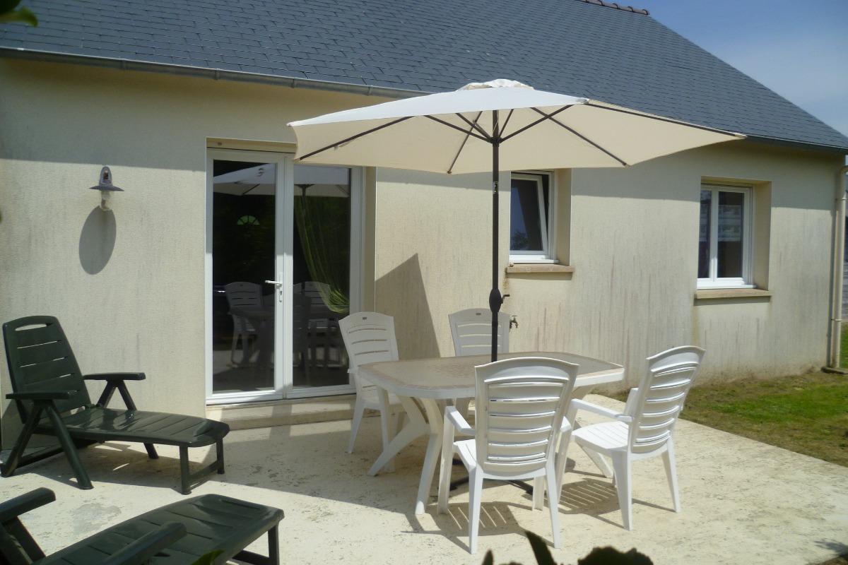 Terrasse avec salon de jardin, bain de soleil, barbecue - Location de vacances - Santec