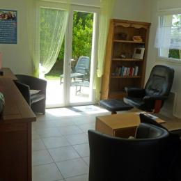 Salon avec TV - Location de vacances - Santec