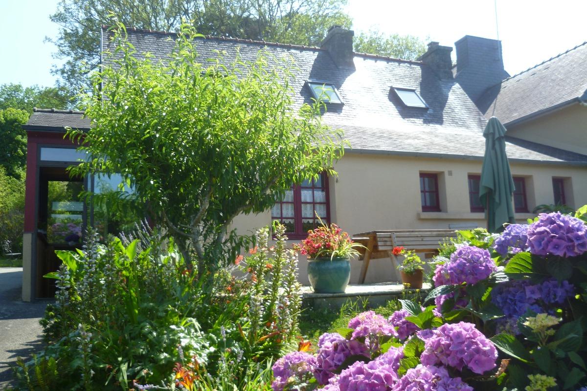 arrière de la maison côté terrasse et jardin - Location de vacances - Daoulas