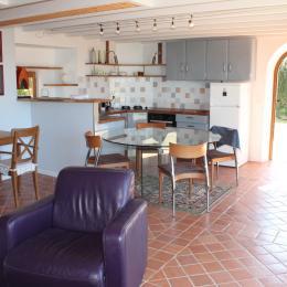 Entrée dans un séjour-salon baigné de lumière - Location de vacances - Logonna-Daoulas