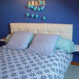 Une chambre avec  un lit 140 - Location de vacances - Plomodiern