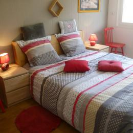 une chambre avec un lit de 160 communicante à la salle d'eau - Location de vacances - Concarneau