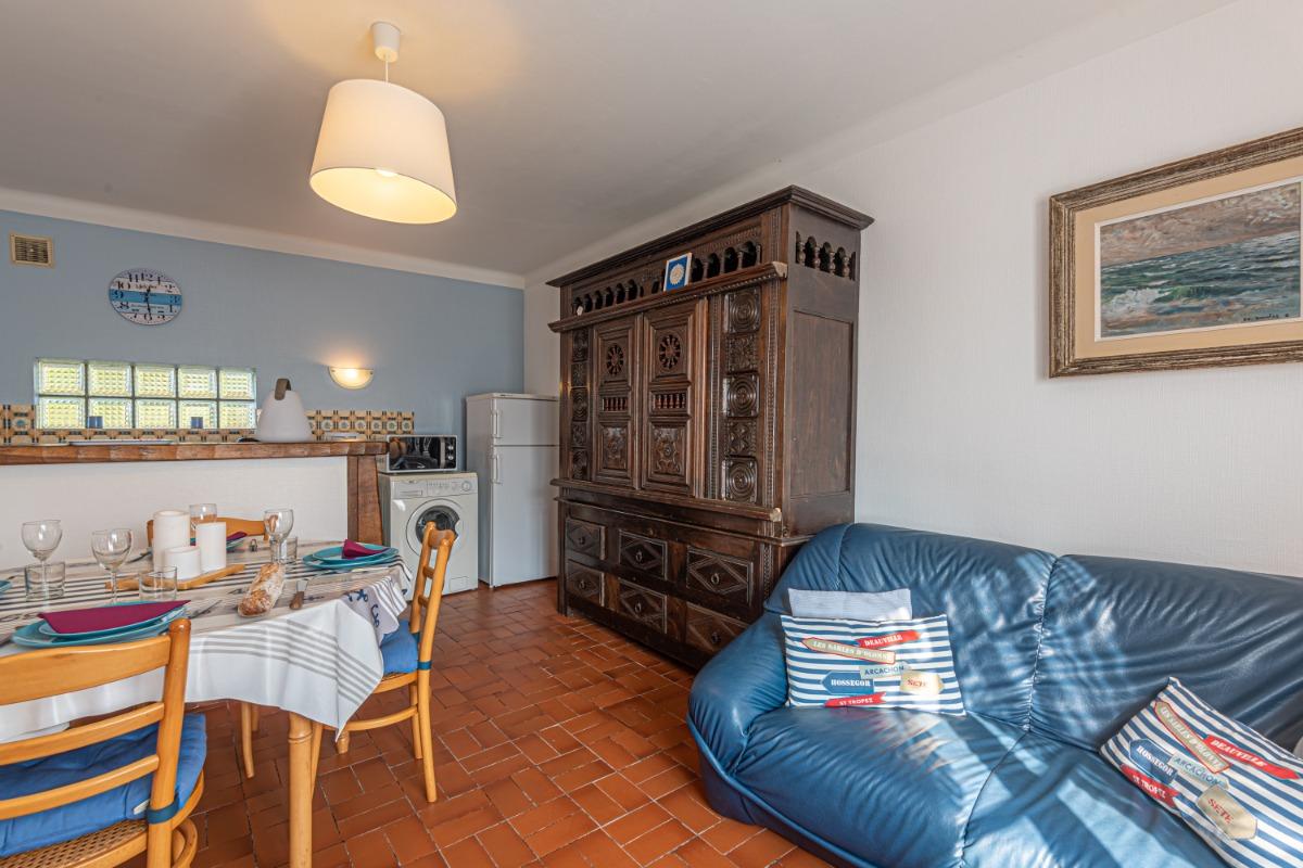 Pièce de vie avec coin repas et salon avec TV et accès internet WIFI - Location de vacances - Guilvinec
