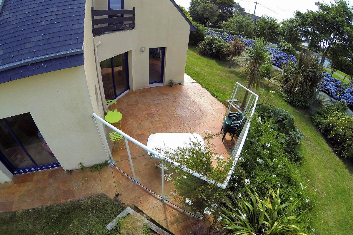 vue sur la terrasse et une partie du jardin - Location de vacances - Plouguerneau