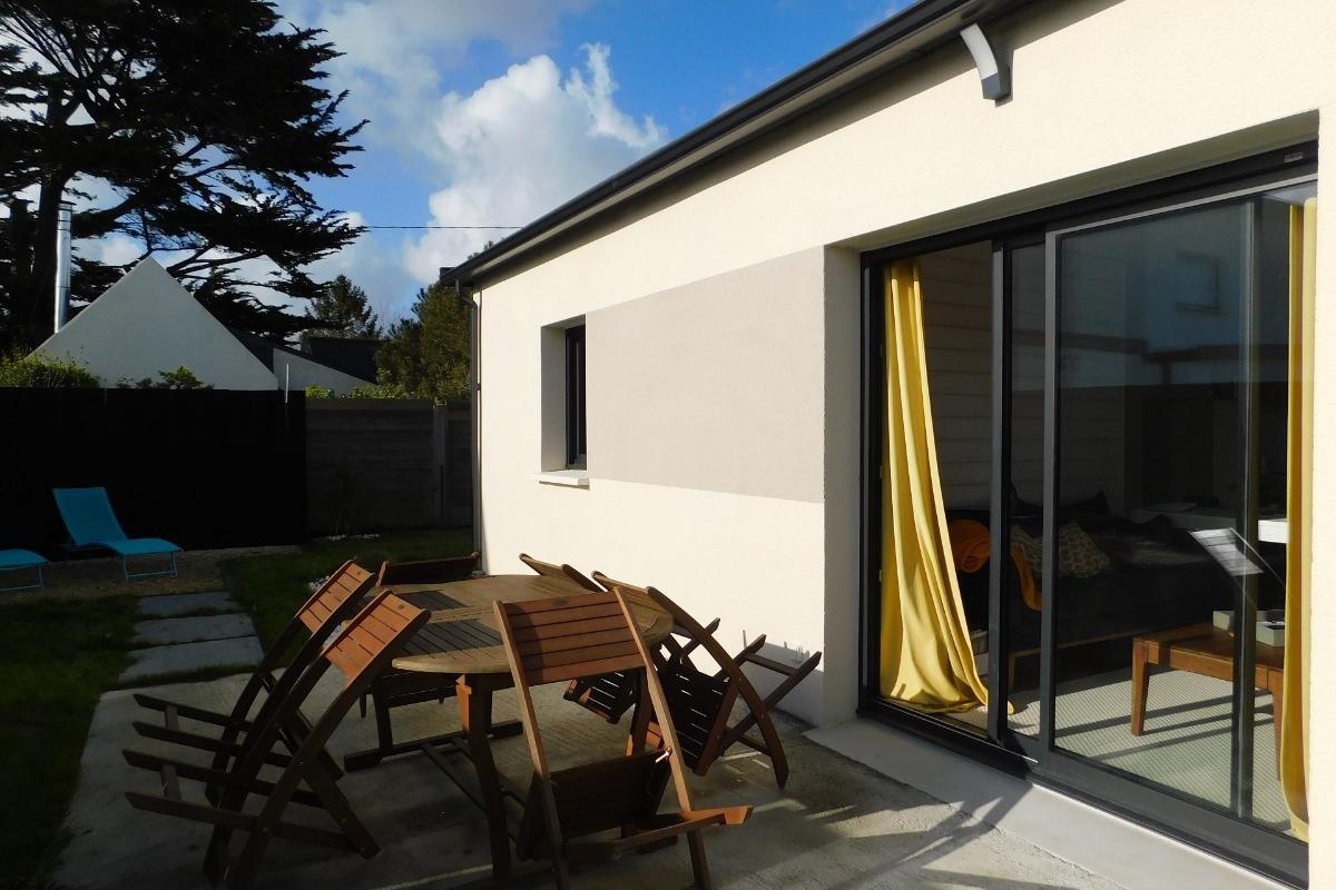 Terrasse extérieur équipée d'un salon de jardin, barbecue et transat - Location de vacances - Plobannalec-Lesconil