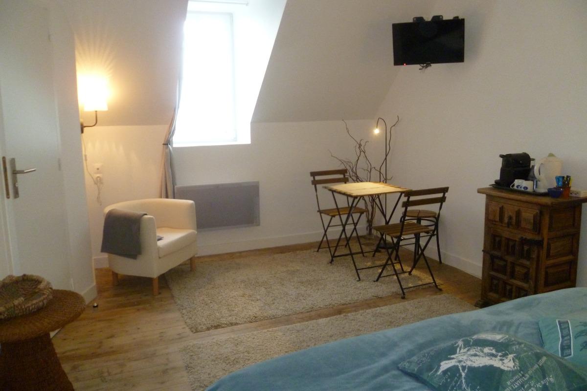 espace salon sans la chambre avec TV et plateau de courtoisie - Chambre d'hôtes - Plougasnou