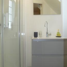 salle d'eau privative et communicante à la chambre avec wc - Chambre d'hôtes - Plougasnou