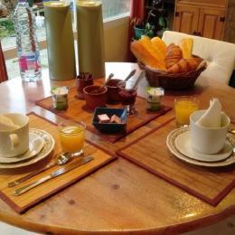 table du petit déjeuner dans les chambres d'hôtes A bord à Plougasnou - Chambre d'hôtes - Plougasnou