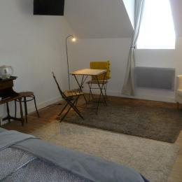 Espace détente dans la chambre avec TV et plateau de courtoisie - Chambre d'hôtes - Plougasnou