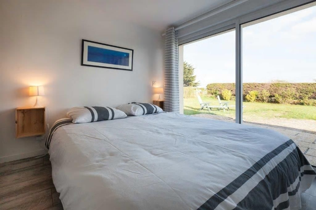 chambre 1 au RDC avec lit 160 x 200 et placard penderie et accès jardin - Location de vacances - Plounéour-Trez