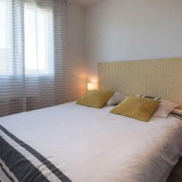 chambre 2 au RDC avec lit 160 x 200 et placard penderie - Location de vacances - Plounéour-Trez