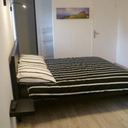 chambre n°2 avec lit 160 et salle d'eau privative et communicante + WC privatif fermé - Chambre d'hôtes - Ploudalmézeau
