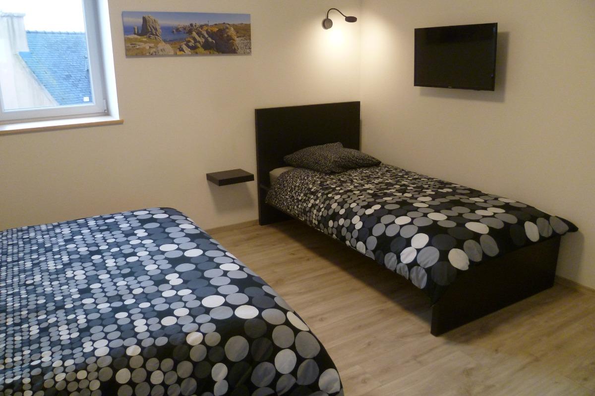 Chambre n° 3 avec lit 160 et lit 90  et TV - Chambre d'hôtes - Ploudalmézeau