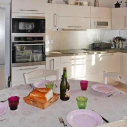 séjour avec coin cuisine toute équipée - Location de vacances - Guissény