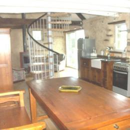 Séjour avec coin repas et cuisine et murs recouverts de chaux chanvre - Location de vacances - Kergloff