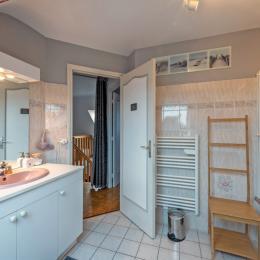 chambre attenante à la salle de bains - Chambre d'hôtes - Plouguerneau