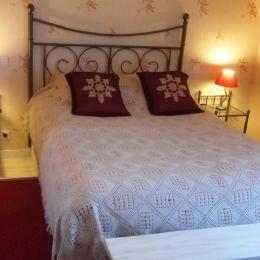 Chambre Les Roses au 1er étage avec lit 140 et TV - Chambre d'hôtes - Huelgoat