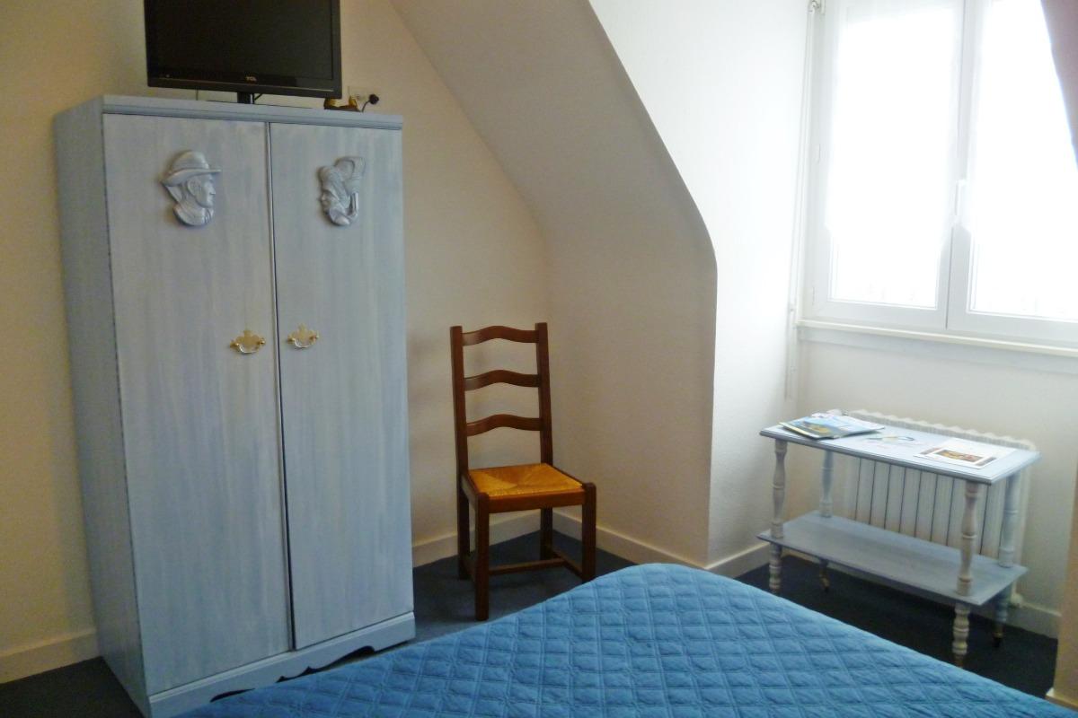 chambre Les Mésanges avec armoire penderie et TV - Chambre d'hôtes - Huelgoat