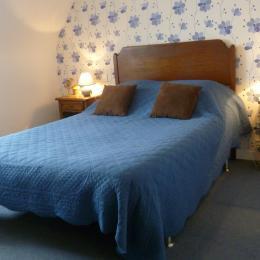 Chambre Les Mésanges au 1er étage avec lit 140 et armoire penderie - Chambre d'hôtes - Huelgoat