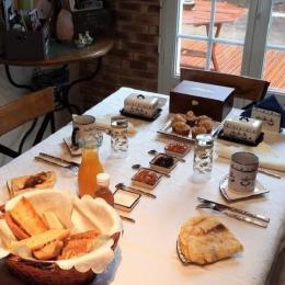 Table du petit déjeuner  - Chambre d'hôtes - Huelgoat