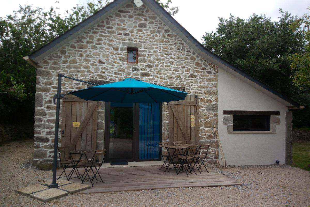 grande terrasse en bois avec salon de jardin au calme de la campagne - Location de vacances - Ploudaniel