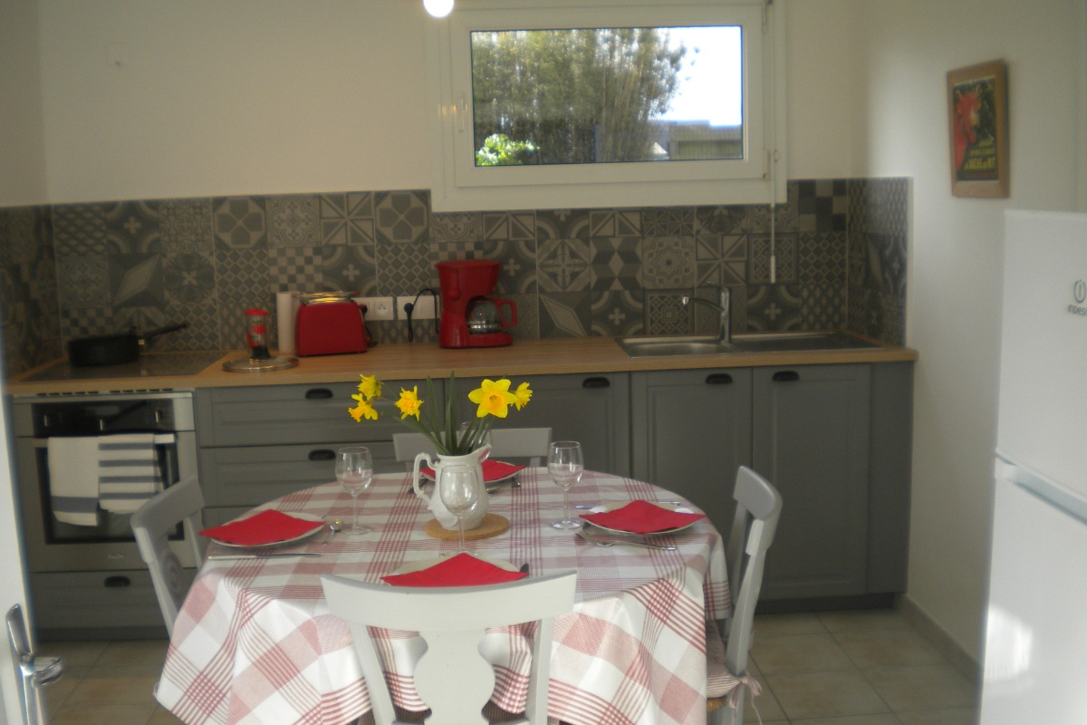 Cuisine équipée avec accès sur le jardin - Location de vacances - Plouénan