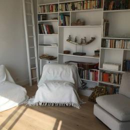 Espace détente avec bibliothèque - Chambre d'hôtes - Bénodet