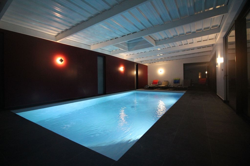 Piscine intérieure ouverte sur terrasse - Location de vacances - Fouesnant