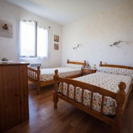 Chambre avec 2 lits 90 cm - Location de vacances - Treffiagat