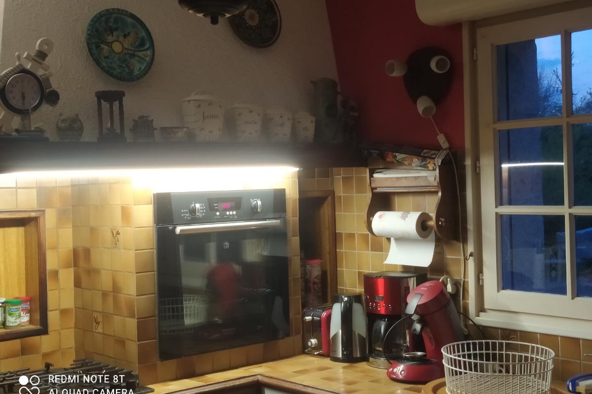 Cuisine équipée four  micro onde    lave vaisselle  frigo  plaque  - Location de vacances - Plogoff