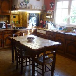 Salle à manger   table confortable   assurant   la   distanciation - Location de vacances - Plogoff