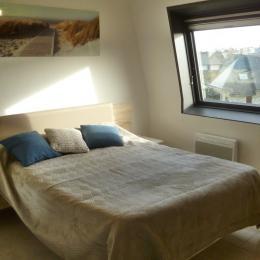 chambre avec lit 140 et placard penderie - Location de vacances - Fouesnant