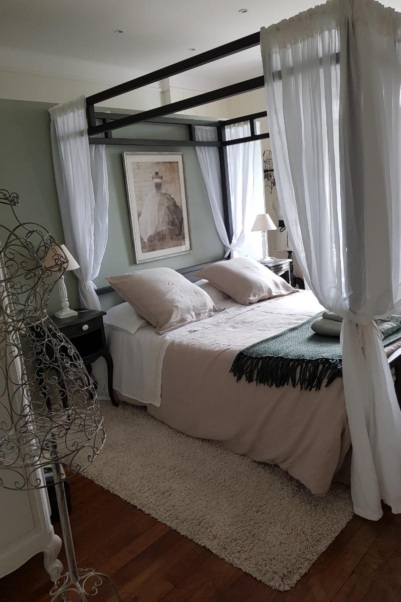 Perle d'Emeraude - chambre avec commode - petit bureau - psyché et chaises - Chambre d'hôtes - Combrit