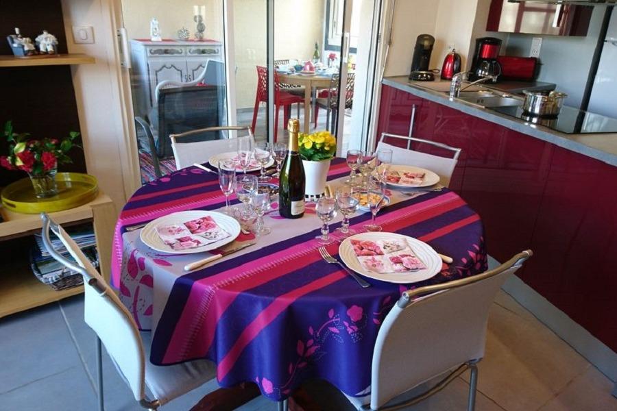 Table à manger et cuisine équipée - Location de vacances - La Forêt-Fouesnant