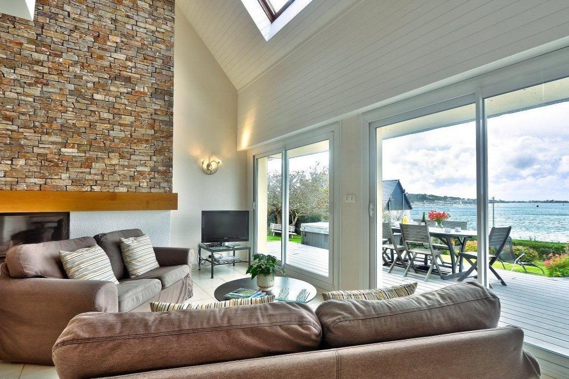 Grand salon avec cheminée et pleine vue sur mer - Location de vacances - Plouguerneau
