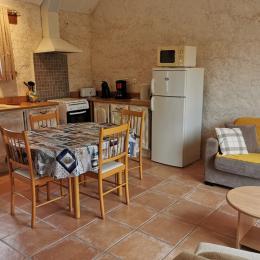 Cuisine équipée - table à manger - Location de vacances - Plourin