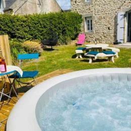 Extérieur de la maison avec salon de jardin  - Location de vacances - Plouguerneau