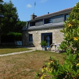 Façade de la maison avec terrasse et jardin clos - Location de vacances - Plobannalec-Lesconil