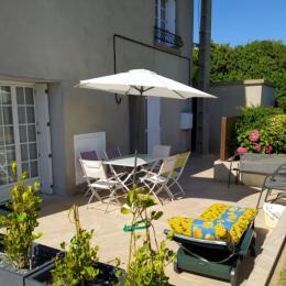 Terrasse avec salon de jardin  - Location de vacances - Kerlouan