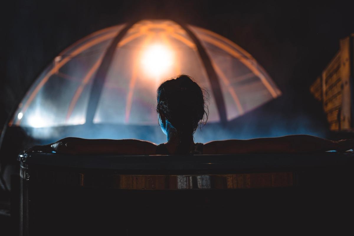 Espace salon avec poêle à pellets - Chambre d'hôtes - La Roche-Maurice