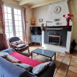 Salon avec TV et cheminée - Location de vacances - Saint-Goazec