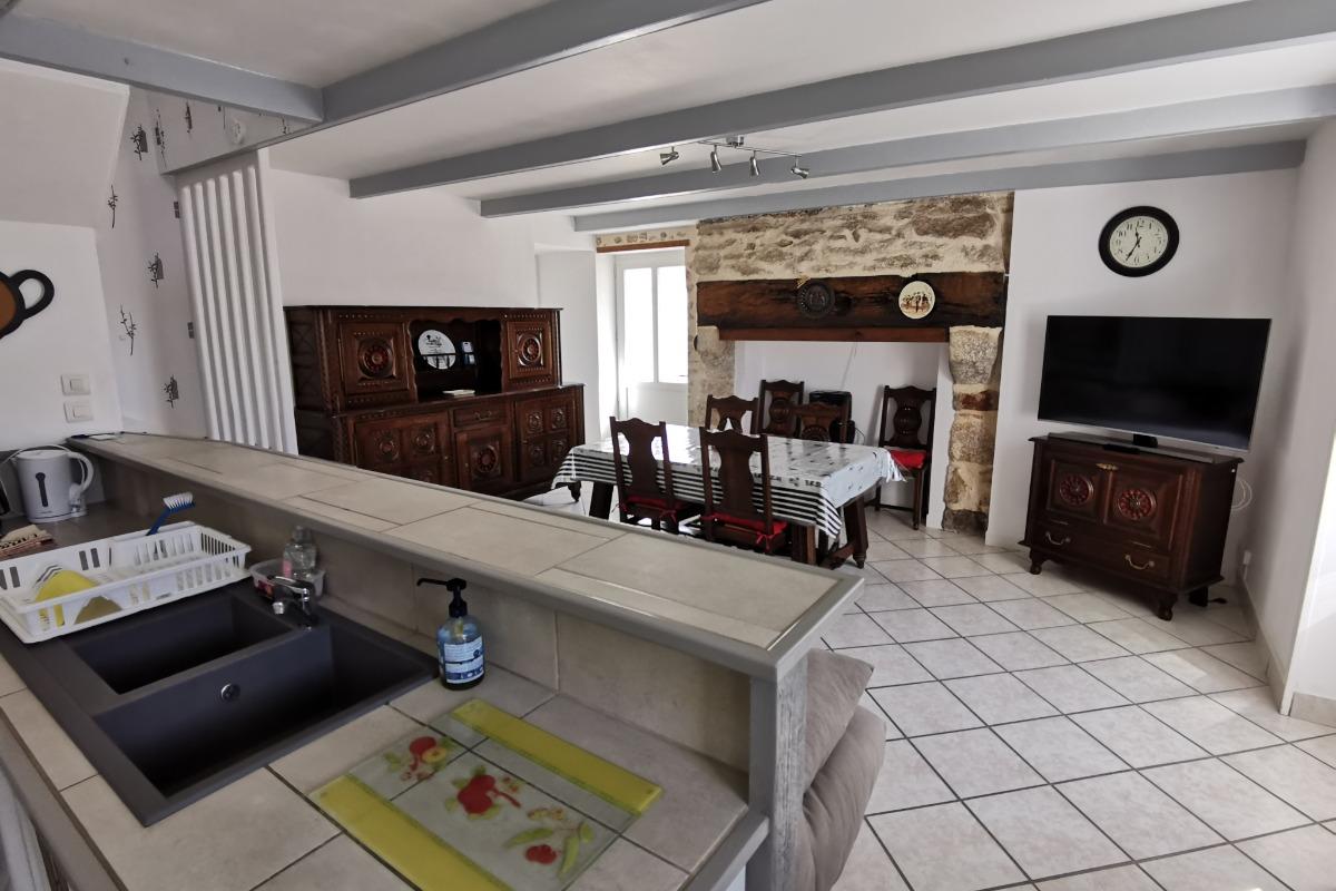 Pièce à vivre lumineuse et agréable pour 4 personnes, avec salon, cuisine et espace repas - Location de vacances - Guilvinec