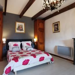 Etage 1: Chambre avec lit 160 avec grand placard penderie - Location de vacances - Botmeur
