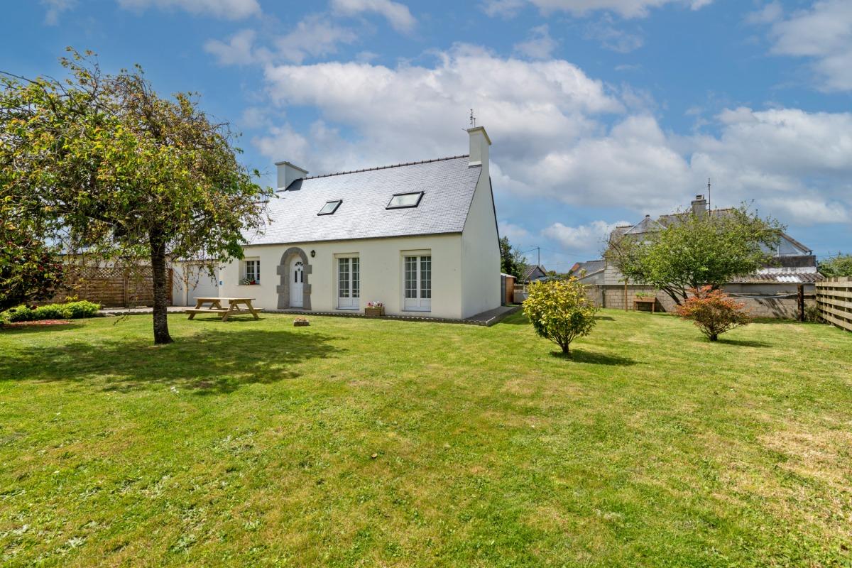 Extérieur avec terrasse abritée à l'arrière de la maison - Location de vacances - Lannilis
